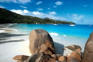 Spiaggia e mare con barche a vela